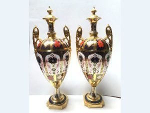 pair of solid gold band old imari urns back view